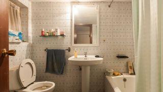 Cuarto de baño pequeño y colorido con espejo de listones - Antes