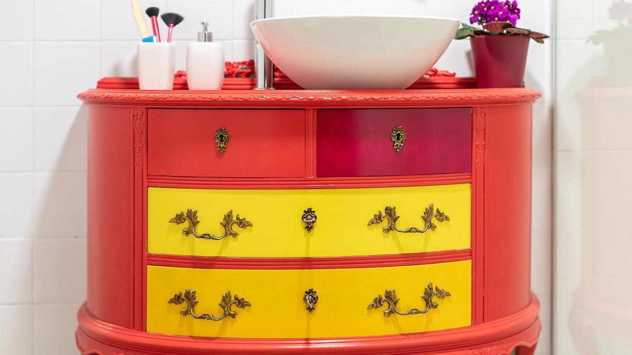 Cuarto de baño pequeño y colorido con espejo de listones
