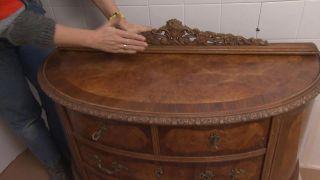 Cuarto de baño pequeño y colorido con espejo de listones - Paso 4