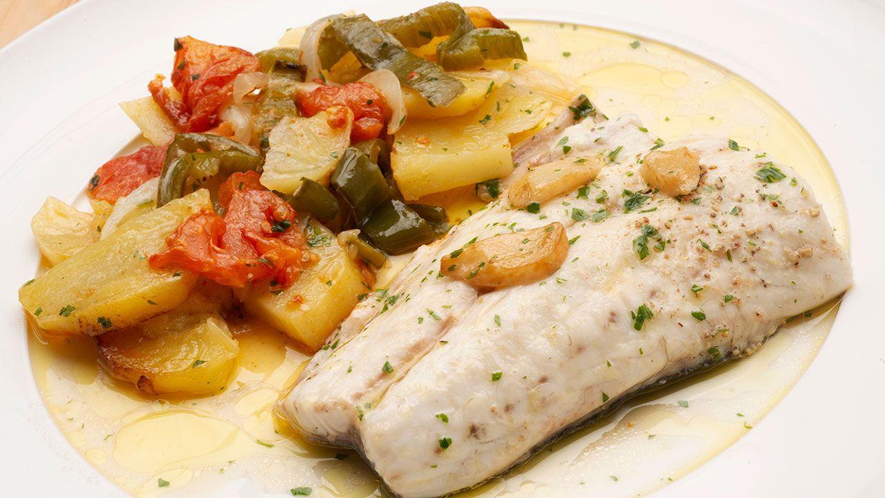 Las recetas de Karlos Arguiñano más vistas de 2020 - Lubina al horno con patatas