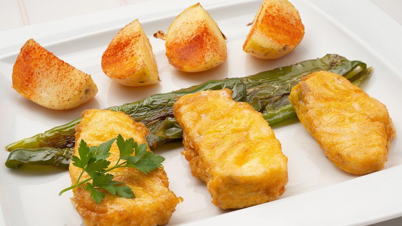 Bacalao fresco rebozado con pimientos y gajos de patata