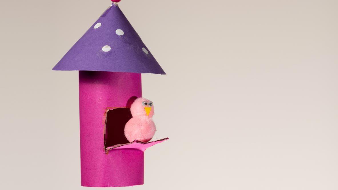 Casa de pájaros con el cartón del papel higiénico
