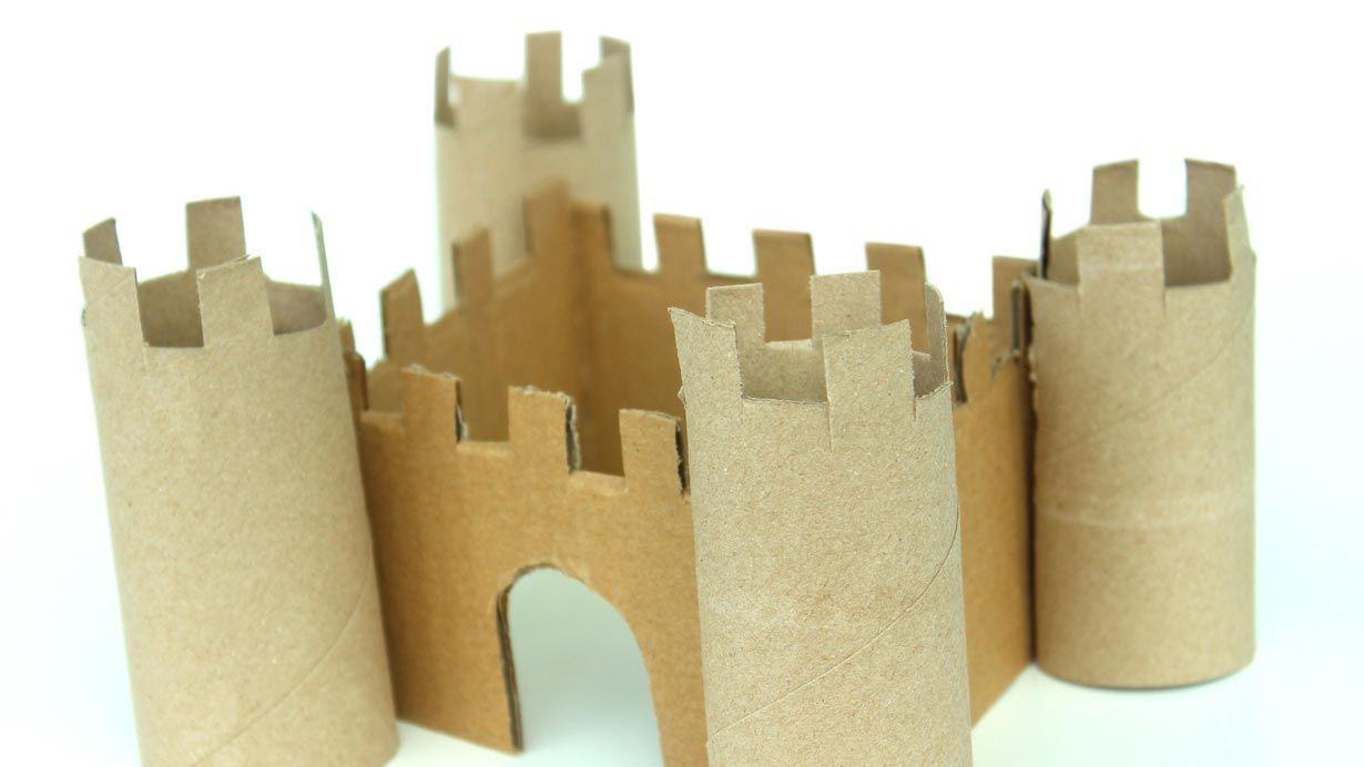 Castillo con rollos de cartón del papel higiénico