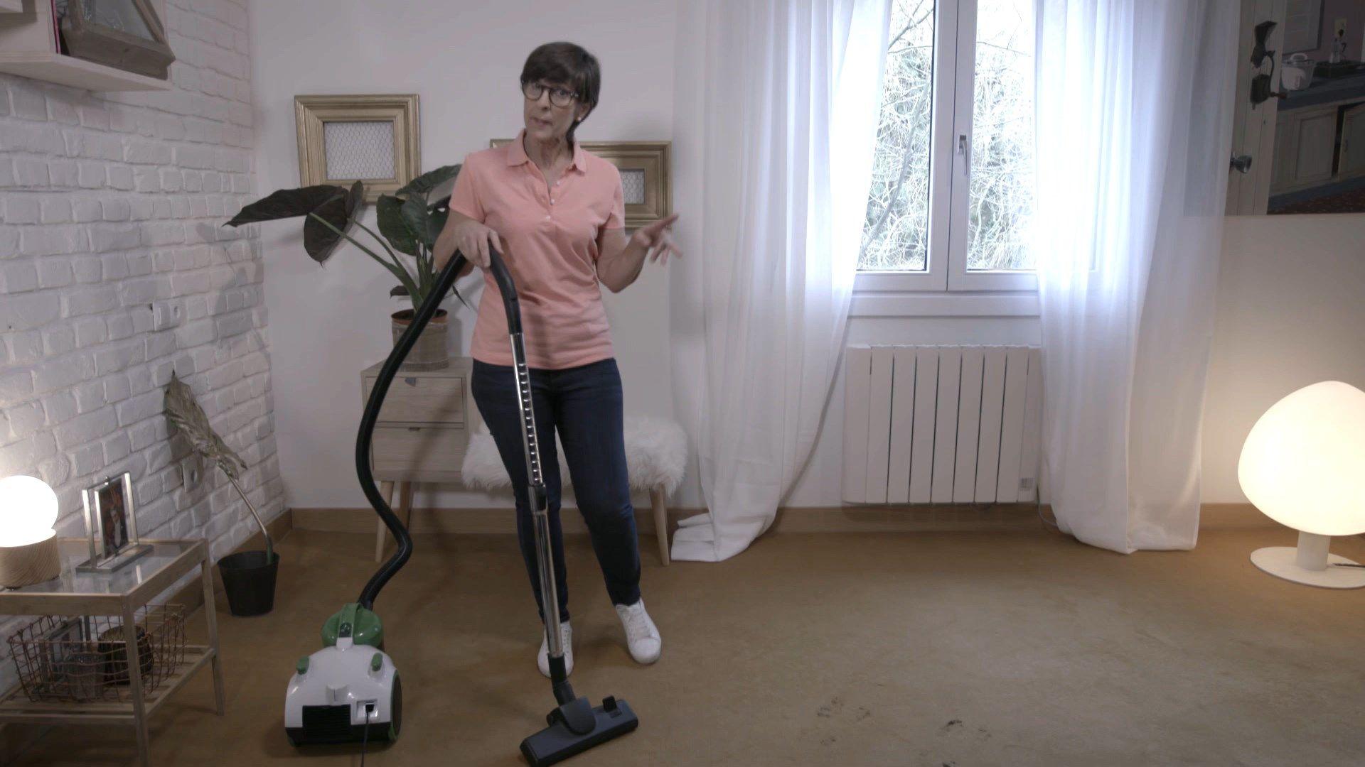 Pasar la aspiradora para limpiar las alfombras