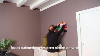 Cómo colgar un cuadro en una pared de yeso laminado con tacos autoperforantes
