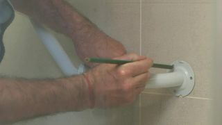 Cómo colocar accesorios de seguridad en el baño