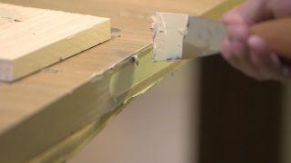 Cómo convertir una puerta abatible en una puerta corredera
