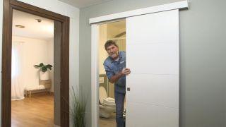 Cómo convertir puerta abatible en corredera