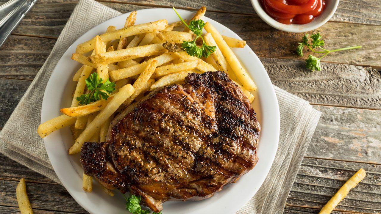 Carne con patatas fritas y ketchup casero