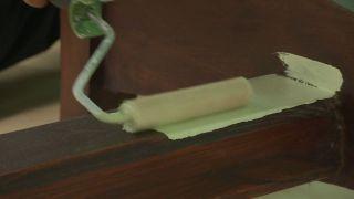 Comedor verde cálido y acogedor con chimenea - Paso 6
