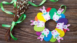 Corona de conejitos de Pascua para hacer con niños durante la cuarentena - Paso 6