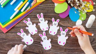 Corona de conejitos de Pascua para hacer con niños durante la cuarentena - Paso 3