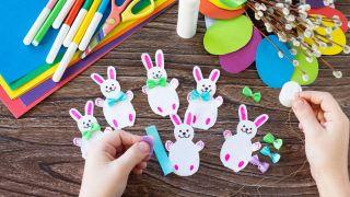 Corona de conejitos de Pascua para hacer con niños durante la cuarentena - Paso 4
