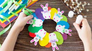 Corona de conejitos de Pascua para hacer con niños durante la cuarentena - Paso 5