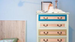 Cómo pintar un chifonier de melamina de verde y azul - Paso 5