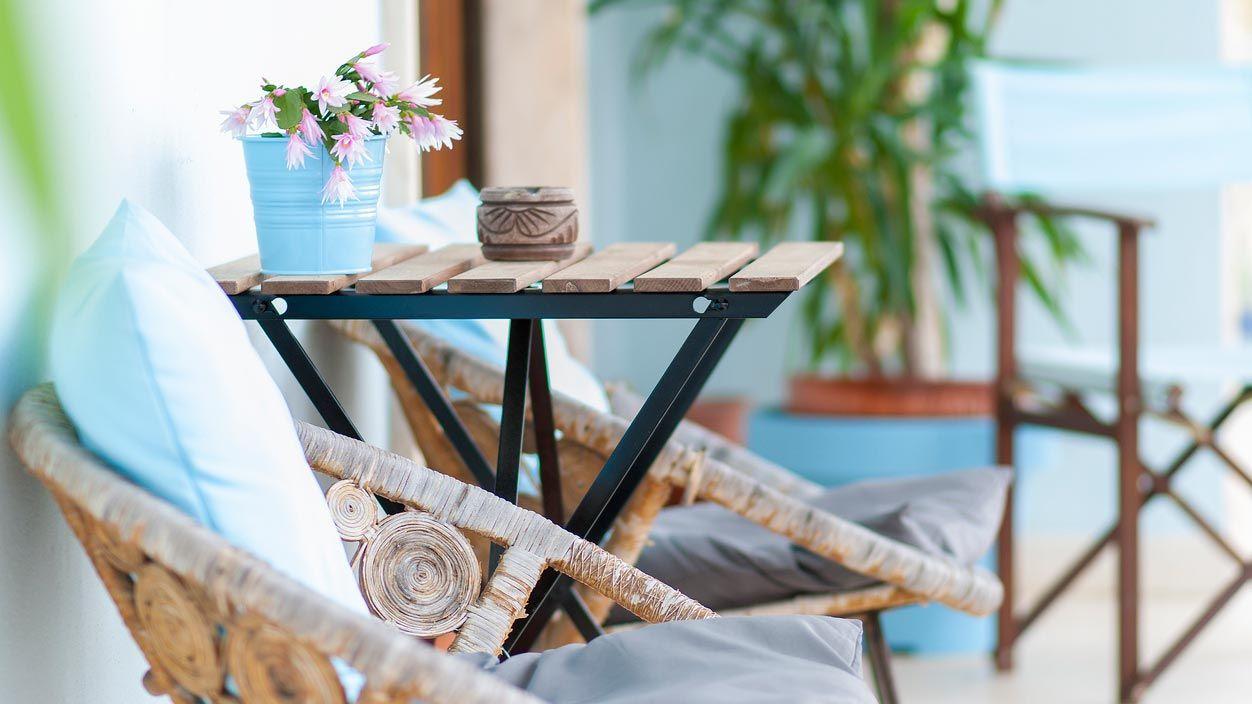 Una silla y una mesita para decorar tu terraza