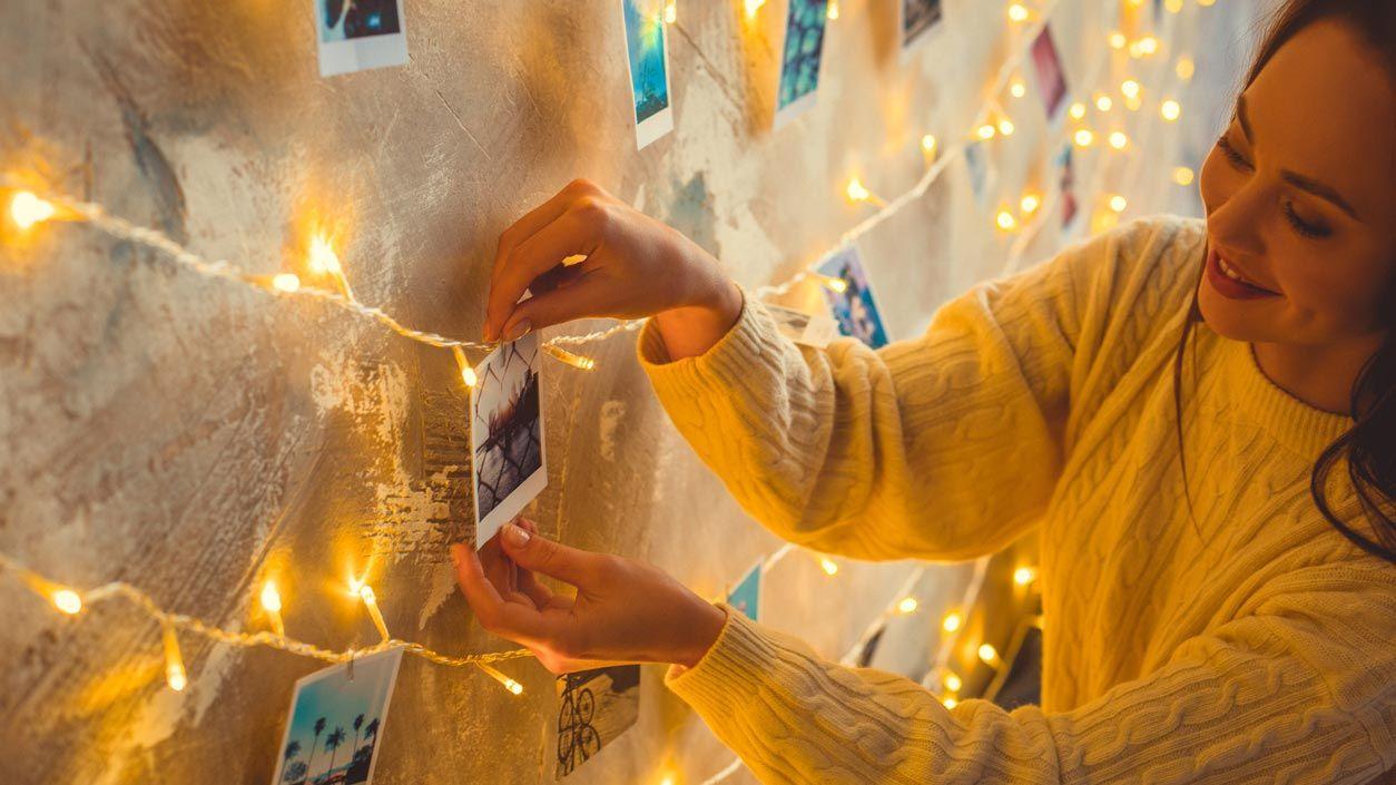 Decora la pared o los muebles de tu dormitorio con pequeñas lucecitas