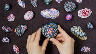 Cómo pintar conchas y piedras con puntillismo - Paso 3