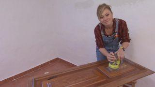 Dormitorio de estilo mediterráneo con cabecero de discos de madera - Paso 5