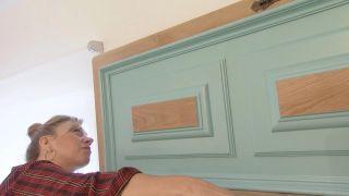 Dormitorio de estilo mediterráneo con cabecero de discos de madera - Paso 8
