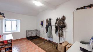 Dormitorio de estilo mediterráneo con cabecero de discos de madera - Antes