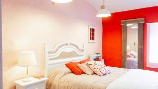 Dormitorio acogedor en rojo con armario forrado
