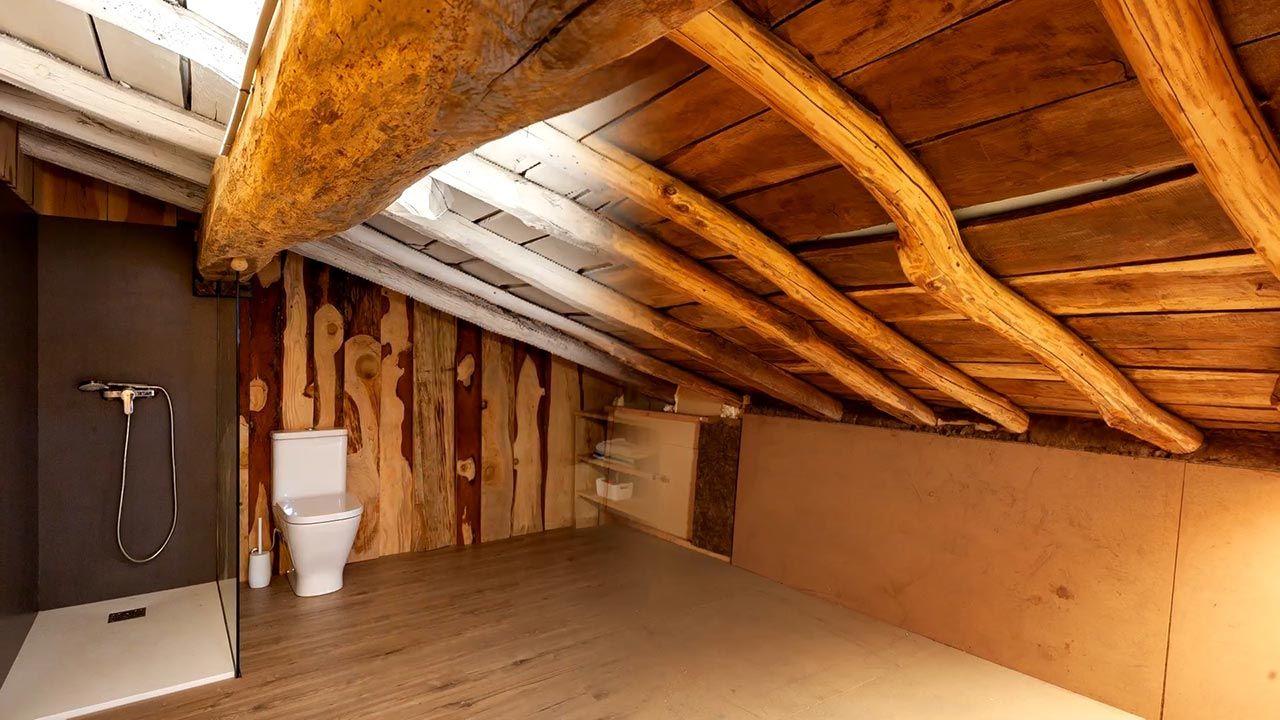 Convertimos un ático de madera en un cuarto de baño ...
