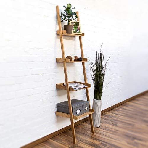Escalera de madera con baldas