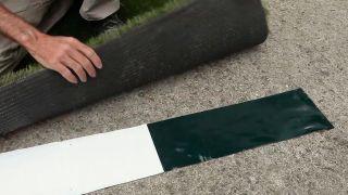 Cómo unir dos tiras de césped artificial