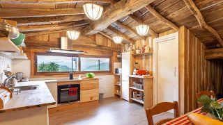 Convertimos una estancia vacía de un ático en una cocina campestre en madera