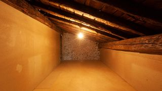 Transformar buhardilla vacía en un dormitorio bohemio y rural