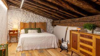 Transformamos una buhardilla vacía en un dormitorio bohemio y rural