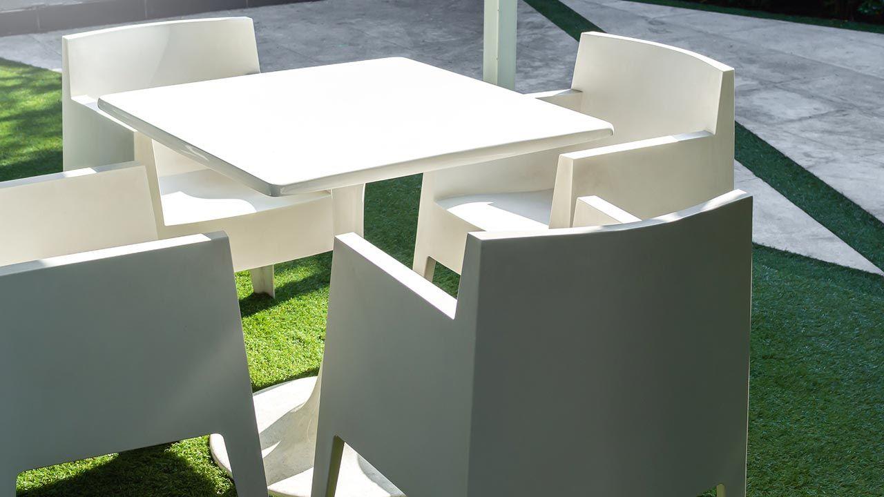 Limpiar mesas y sillas de plástico
