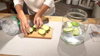 Introducir la manzana en un recipiente con agua