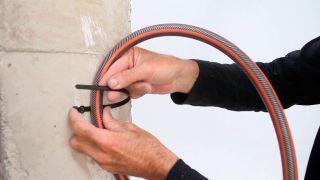 Cómo colocar tacos con bridas en la pared