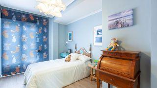 Habitación infantil clásica y luminosa en azul turquesa