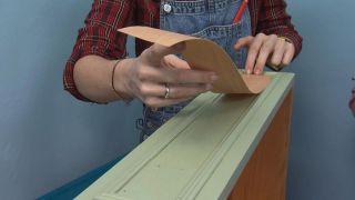 Cómo pintar un chifonier de melamina de verde y azul - Paso 4