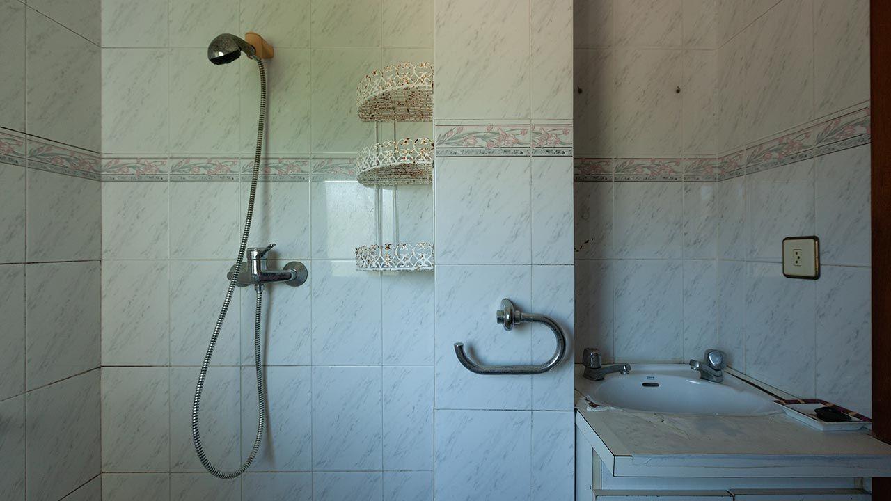 Decorar cuarto de baño en gris y madera