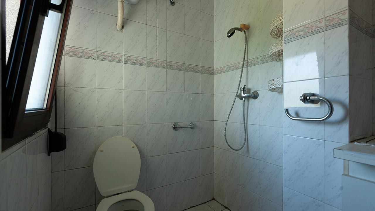 Decorar un baño en gris y madera