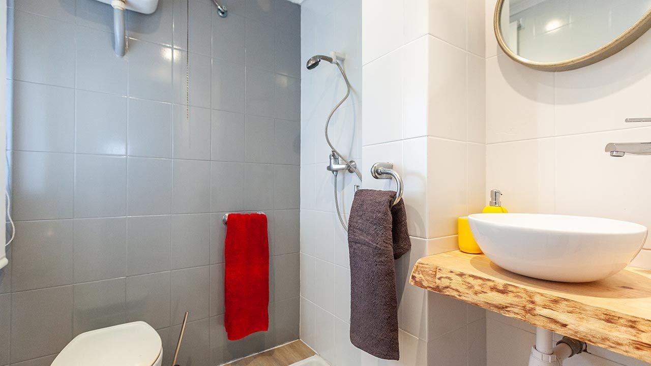 Decorar un cuarto de baño en madera y gris