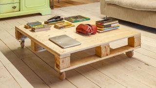 Cómo hacer una mesa de palés con ruedas de madera