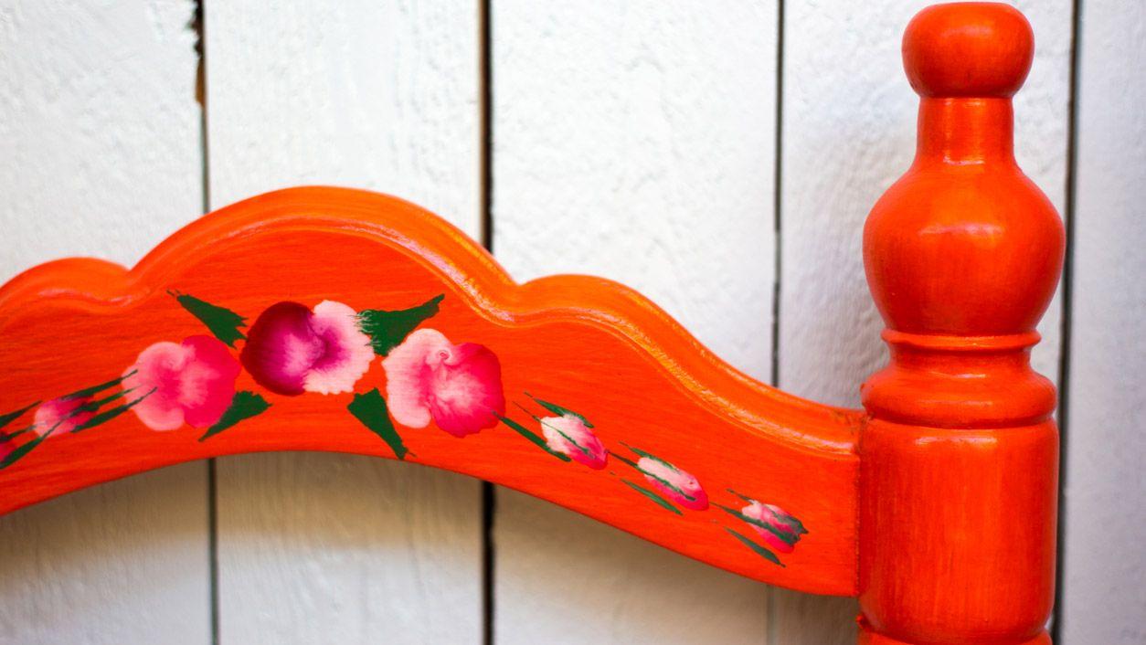 Pintar flores en sillas vintage: Un toque andaluz y bohemio