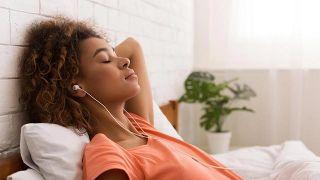 5 consejos para combatir el síndrome postvacacional - Escucha música