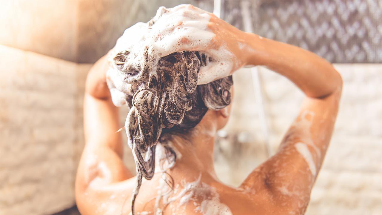 Cómo hacer que el pelo limpio dure más (y trucos para que no se vea sucio) - lavado cabello