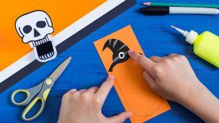 Cómo hacer una calabaza terrorífica de papel - Paso 3