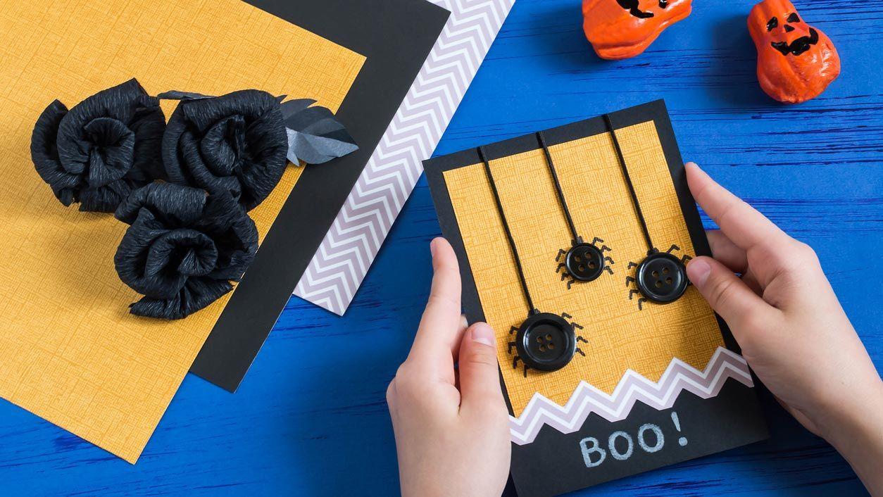Postal de Halloween con arañas hechas con botones