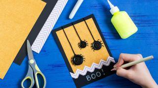 Cómo hacer una postal terrorífica de Halloween, ¡con arañas! - Paso 5