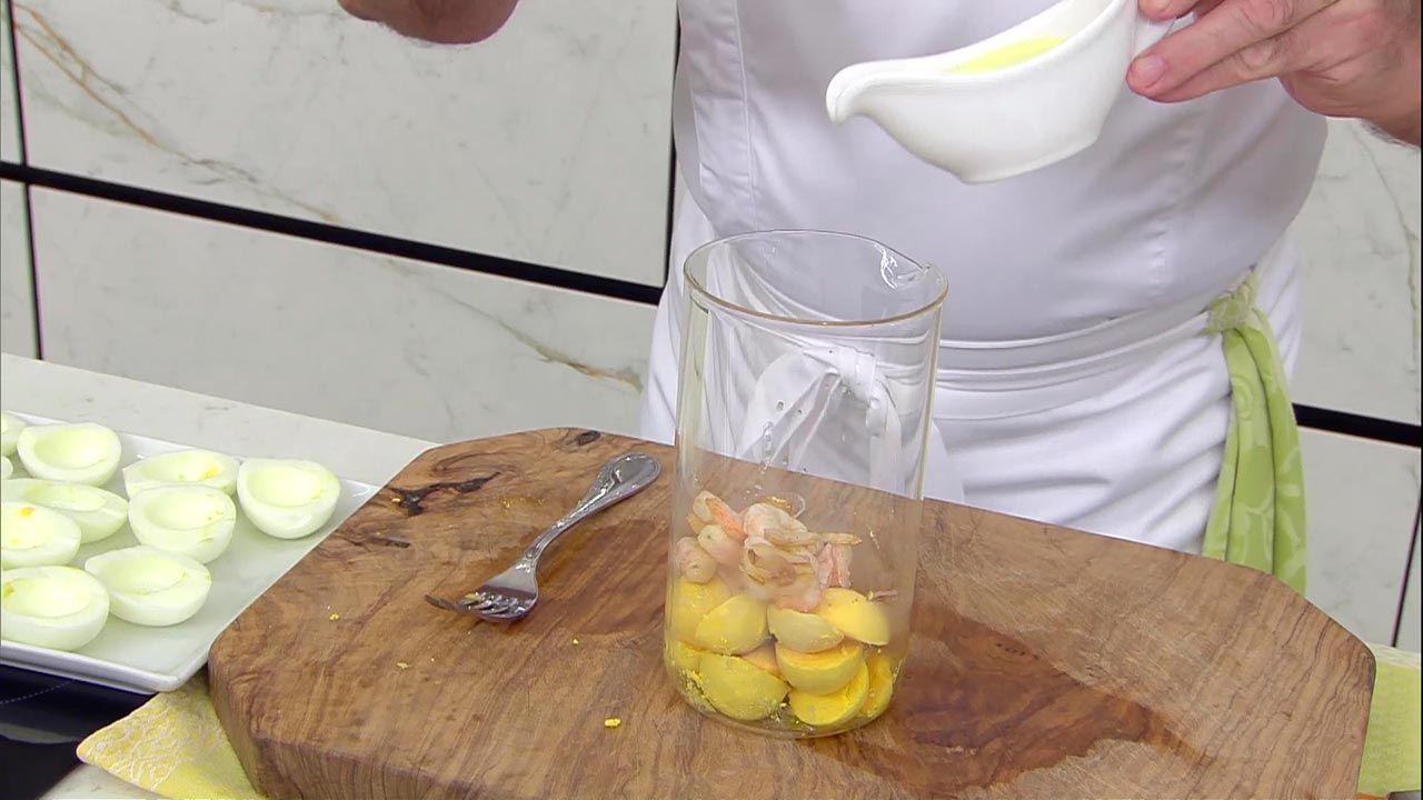 Huevos rellenos con guacamole y gambas