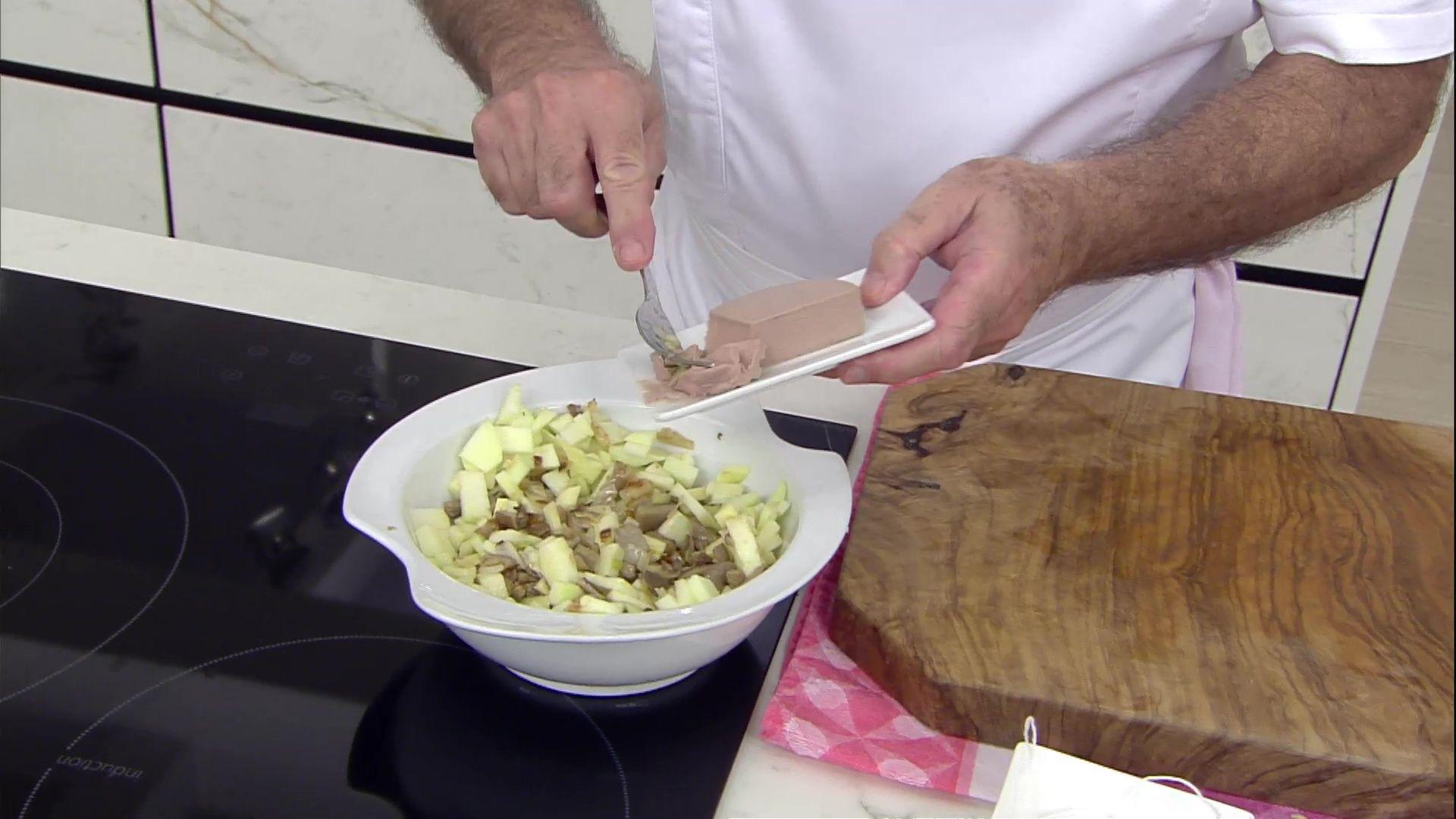 Aleta rellena de hortalizas, setas y mousse de ave