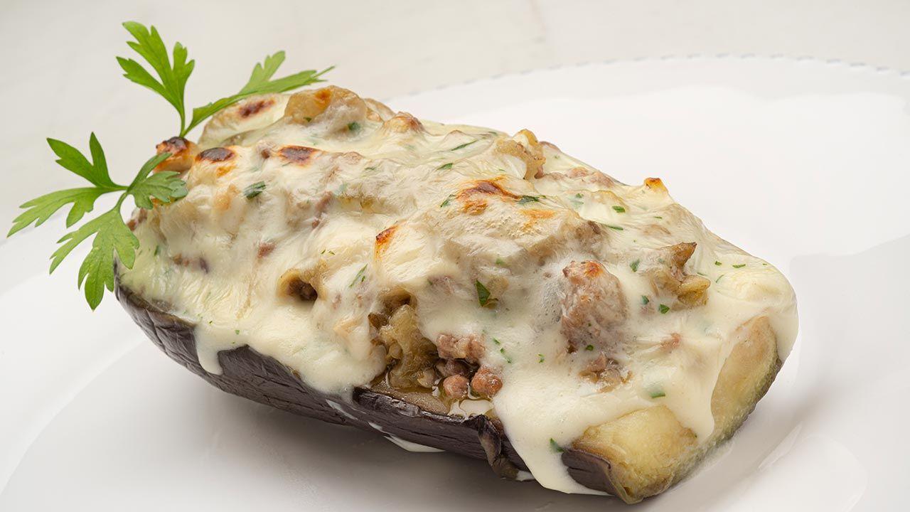 Berenjenas rellenas de carne y queso: un plato bajo en calorías y con muchos beneficios nutricionales